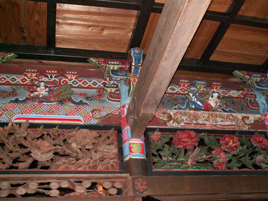 牡丹透彫り唐狭間と金欄巻柱