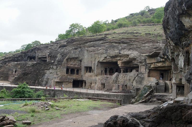 第1窟から仏教窟を望む