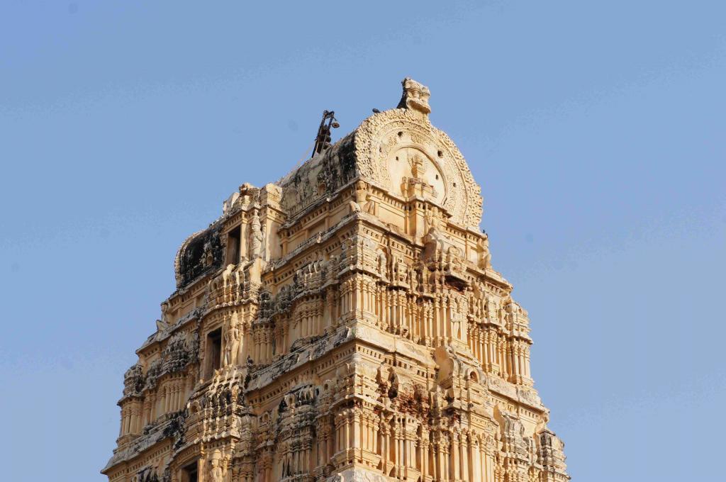 ハンピ最古の寺院 ヴィル-パークシャ寺院
