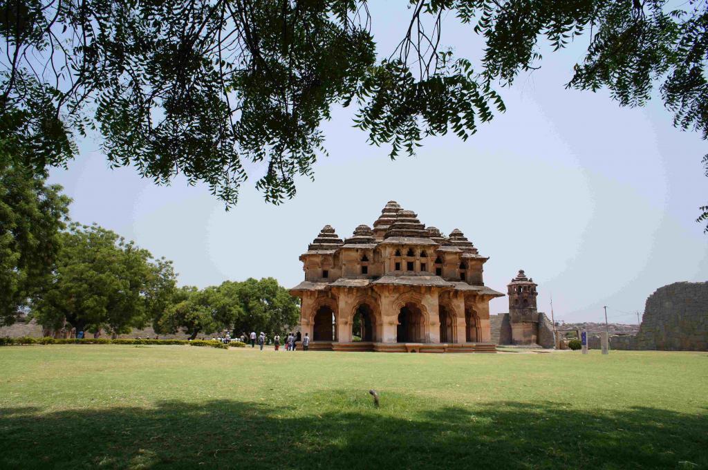 -世界遺産 ハンピ- ヒィンドゥー王朝として南インド全域にわたって繁栄したヴィジャヤナガル王国の14世紀から16世紀かけての都ハンピ。岩だらけの荒野に人為的に作られた都だったがイスラム勢力の破壊ににより現在は廃墟となっています。