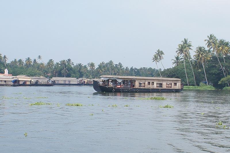 -コーチン- アラビア海に面したインド最南端のケララ州のコーチン市は古くから交易が盛んです。 南には無数の川と入り江が複雑な水郷地帯を形成しています。アレッピーに水郷クルーズを楽しむ拠点があります。