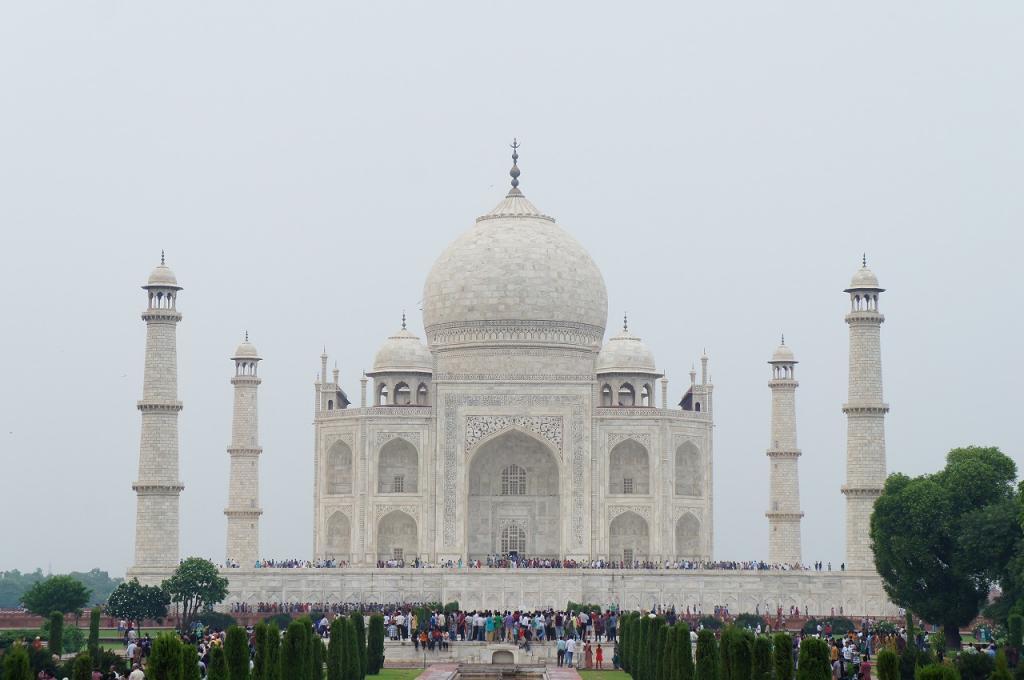 -世界遺産 タージマハル- ムガル帝国第5代皇帝シャー・ジャハーンが、死去した愛妃ムムターズ・マハルのため建設した総大理石の墓廟である。インド・イスラーム文化の代表的建築である。