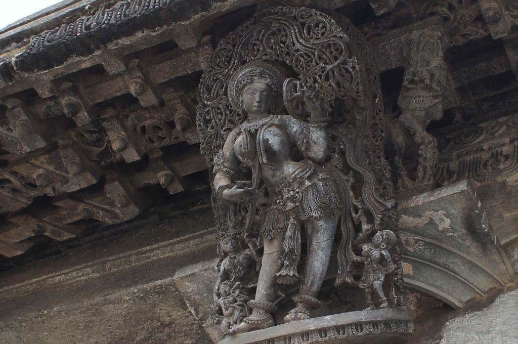 -べルールとハレービード-  南インドの都市ハッサンの近くにべルールとハレービードがある。 ここにはホイサラ朝の代表的な寺院が二つある。 細かな石の彫刻は素晴らしいです。