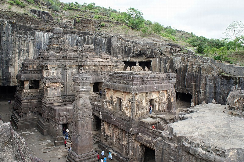 -世界遺産 エローラ-  エローラ最大の見どころは第16窟 ヒンディ教カイラーサナータ寺院です。 これは一枚岩をくりぬいたもので100年かけて作られたと言われています。