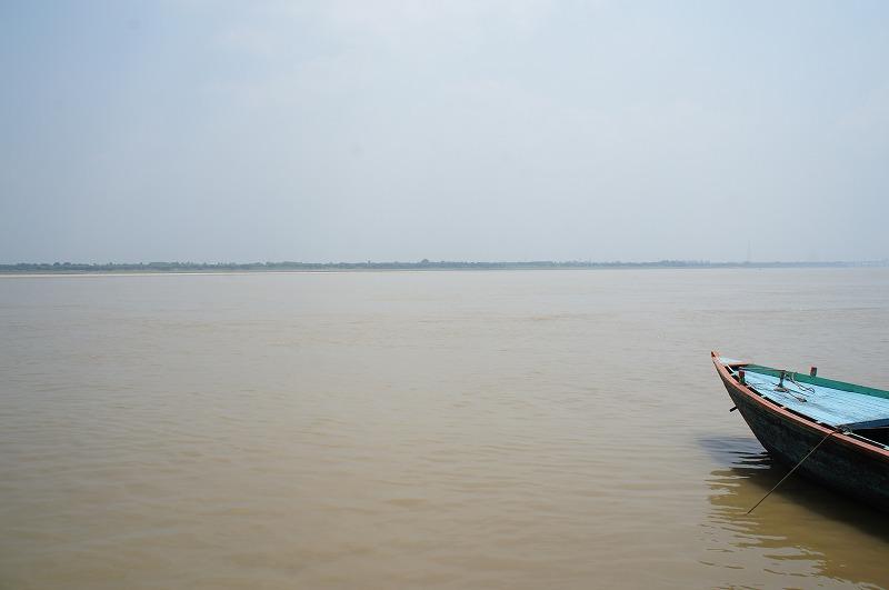 -バラナシィ-3000年の歴史を持つヒンドゥ教最大の聖地である。ガンジス河とその畔に多くのガートの町である。また、近郊の町サールナート(Sarnath)は仏教四大仏跡の一つであるブッダ初転法輪の地である。